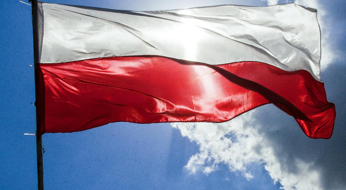 Grafika: flaga Polski na maszcie